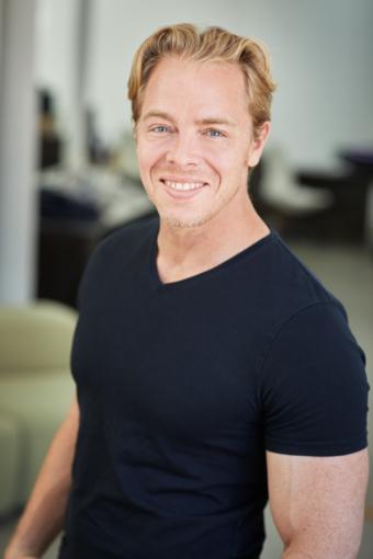 """Linus Jonkman arbetar med organisationsutveckling och har nyligen get ut boken """"Glöd eller levebröd""""."""